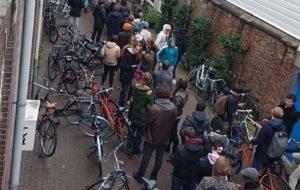 صف مردم هلند برای خرید وید ( … صف مردم هلند برای خرید وید ( … 240635001584304206 300x190