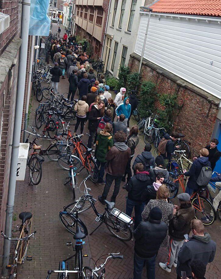 صف مردم هلند برای خرید وید ( … 240635001584304206