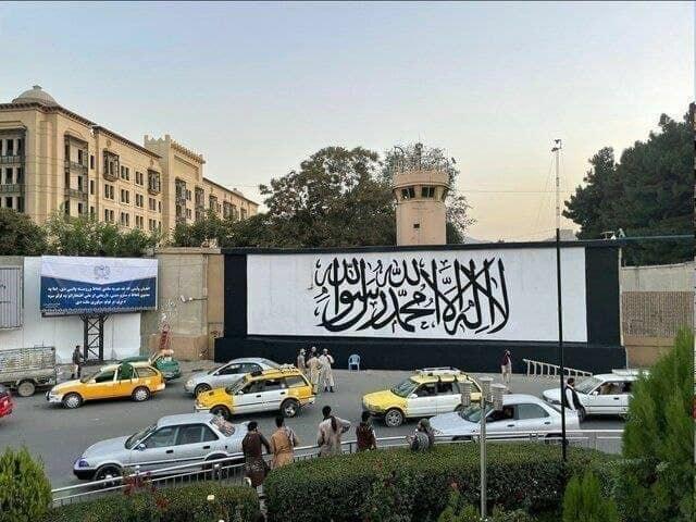 پرچم طالبان بر دیوار سفارت سا … 658228001630998003